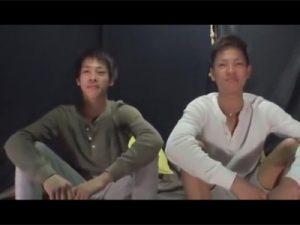 【ゲイ動画ビデオ】双子揃ってゲイビデオ出演!18歳のイケメン兄弟がアナルをいじられたりフェラや手コキでイカされる!