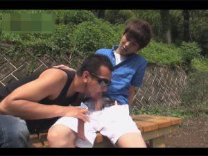【ゲイ動画】ウケのイケメンと公園で青姦セックス…アナルに指を突っ込まれると我慢汁がチンポの先からダダ漏れ!