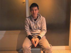 【ゲイ動画】平成11年生まれのイモ系の素人ゲイ大学生が金玉を揉まれながらのローション手コキに感動!