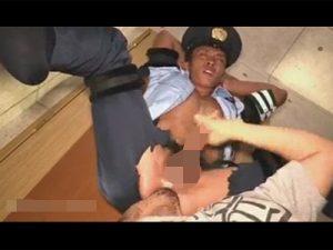 【ゲイ動画】警官が聞き込み調査で訪れた家の住人に睡眠薬を盛られM字開脚拘束でチンポを手コキレイプされる!