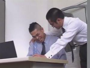 【ゲイ動画ビデオ】事務所にディルドとオナホを隠し持っていた課長…その弱みに付け込み上司のケツマンを肉棒で犯す部下!