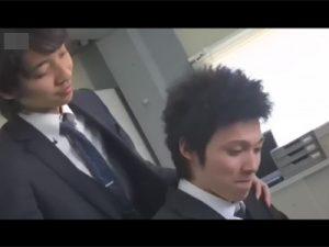 【ゲイ動画ビデオ】可愛い系のサラリーマンが先輩に会社内で淫乱なマッサージをされて射精をしてしまう!