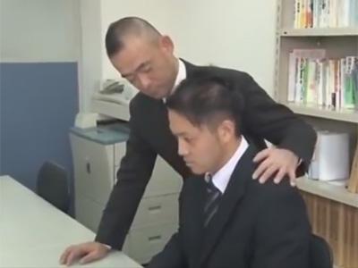 【ゲイ動画】部下に迫るイカホモ部長の魔の手…乳首モロ感でメス声で喘ぐイジメ甲斐のある部下のケツマンを会社内で犯す!