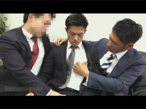 【ゲイ動画ビデオ】営業成績の悪いイケメン社員がパワハラの餌食に…口マンとケツマンを廻され胸やお腹に精液を浴びせられる!