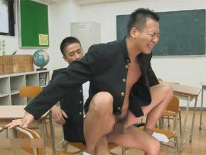 【ゲイ動画ビデオ】学ラン姿の2人の男が教室の中でアナルセックスを楽しんで大声で喘ぎ続けている姿が見られる!