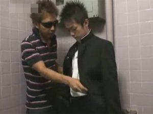 【ゲイ動画ビデオ】多目的トイレでプチ援交する学ラン男子校生…チンポをしゃぶられ相手の肉棒をフェラチオし口内射精で精子を受け止める!