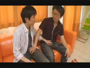 【ゲイ動画ビデオ】スリムな可愛い顔をしている男がアナルセックスを楽しんで射精をすることになる!