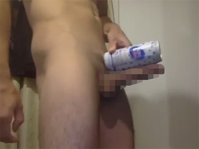 【無修正ゲイ動画】自慢して良い超デカマラ!500mlのアルミ缶サイズ並のチンポを見せつけながらオナニーを自撮りする素人!