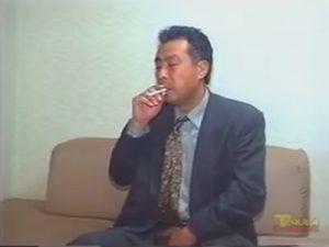 【ゲイ動画】中年がタバコを吸ってリラックスをした状態でオナニーを楽しむことになる!