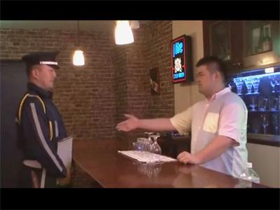 【無修正ゲイ動画】中年オヤジが好きなガチポのバーテンダーが警報機の点検に来た警備員に睡眠薬を盛り昏睡レイプを決行!