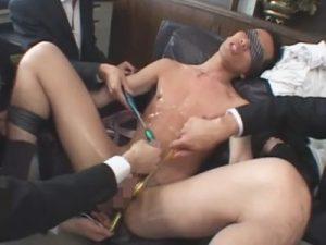 【無修正ゲイ動画】部長に呼び出された25歳のノンケ社員…目隠しさせられたまま弄ばれオシッコで汚れた身体を綺麗にされる!