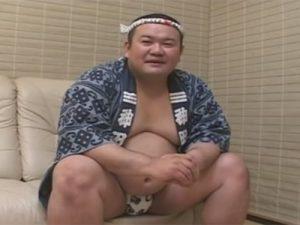 【ゲイ動画】法被姿のぽっちゃりとした体形の素人が手コキで犯されて精液を噴射することになる!
