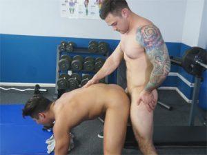 【無修正ゲイ動画】左腕に大きなタトゥーを入れている白人のマッチョが腹にタトゥーを入れている男を犯しまくる!