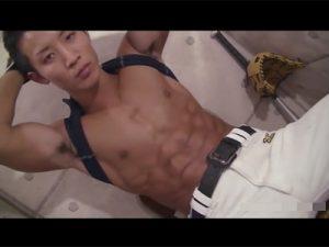 【ゲイ動画ビデオ】鋼の腹筋が美しい野球部のイケメンが手を拘束された状態でチンシャブやチンコキで責められてオーガズム!