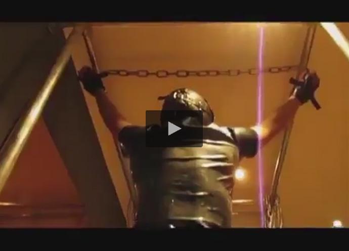 【ツイッターゲイ動画】自重を支えるのはアナルに刺さったディルドと拘束された腕…そんなSMに興奮し我慢汁ダラダラのM男!