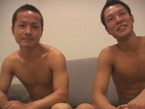 【ゲイ動画ビデオ】細マッチョの2人が汁男優に絡みを見せつけザーメンをぶっかけられ恥ずかしさを捨ててモロ感で乱れる!