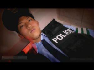 【ゲイ動画ビデオ】手錠と口枷で拘束されたイケメンな細マッチョの早漏警官がフェラチオと手コキで2発イカされてグッタリ…
