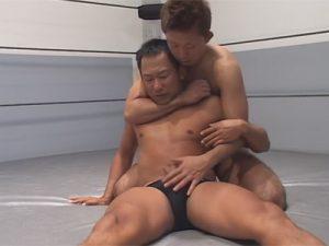 【ゲイ動画ビデオ】2人のプロレスラーがリングの上で戦いながらエロいことを楽しみ合うことになる!