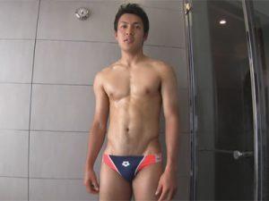 【ゲイ動画ビデオ】腹筋が自慢のイケメンスイマーがイヤらしい体勢で剛毛ケツマンを弄ばれバック、測位、正常位で雄膣をガン掘られ!