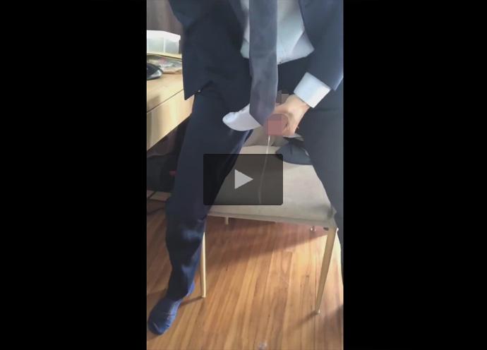 【ツイッターゲイ動画】スーツの素人がチャックからペニスを放り出して即射精し床に精液を発射するティッシュレスオナニー!