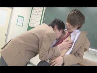 【ゲイ動画】2人のかわいい男がブレザーを脱がし合いながら学校でアナルセックスを楽しんでしまう!