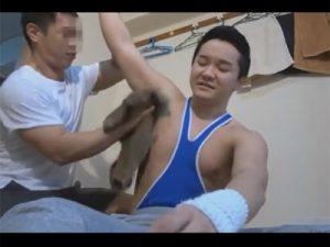 【ゲイ動画ビデオ】好きになった隣に住む体育会系の大学生が怪我をしてしまい世話にかこつけてケツマンをいただくタチの隣人!