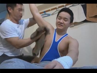 【ゲイ動画】好きになった隣に住む体育会系の大学生が怪我をしてしまい世話にかこつけてケツマンをいただくタチの隣人!