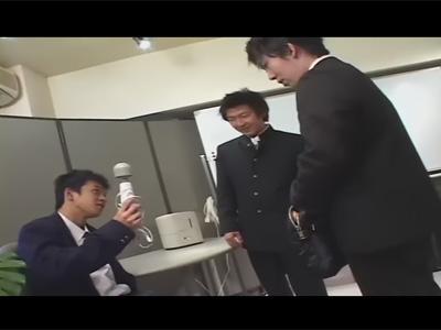 【ゲイ動画】先生が忘れたカバンを漁っていた男子校生!先生に見せるように電マで遊んでいたら同性ケツマン交尾にハッテンすることに!