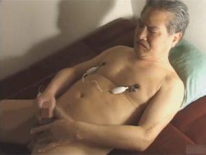 【ゲイ動画】白髪交じりの老人がオナニーをして射精をする姿を見せてくれることになる!