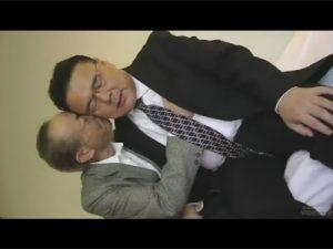 【ゲイ動画ビデオ】ぽっちゃりとした中年と痩せた老人がアナルセックスで愛し合うことになる!