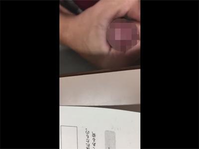 【無修正ゲイ動画】現役の男子校生が授業中の教室でカリ首を皮オナでシコってしっかりと射精までしてしまう自撮り動画!