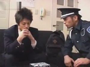 【ゲイ動画ビデオ】万引きをしていたDKが警備員に見つかって脅されながら尻穴の開発をされてしまう!