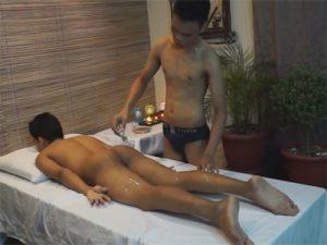 【無修正ゲイ動画】アジアンによるアジアンのためのエロマッサージ!オイルを身体に塗り込まれ勃起チンポを挿れられる!