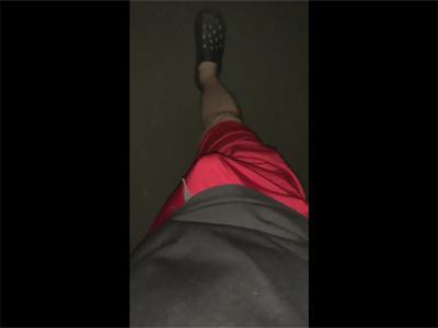 【ツイッターゲイ動画】誰かに見られたり見せつけたい?チンポをズボン越しにモッコリさせて散歩する素人!