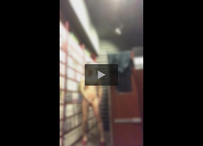 【ツイッターゲイ動画】ネットカフェで全裸オナニーしていた素人が他のお客さんに痴態を見られかけて大慌てで逃走!