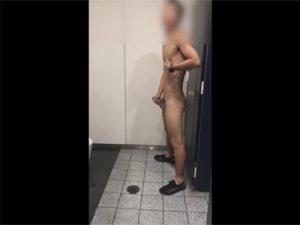 【ツイッターゲイ動画】公衆トイレで全裸オナ!「イク!イク!イク!」と連呼し包茎チンポからダラダラと精液がダダ漏れ!