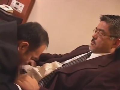 【ゲイ動画】次長が部長を肉体接待!リストラされたくない一心で部長のチンポをしゃぶり部長に犯されるオヤジ次長!