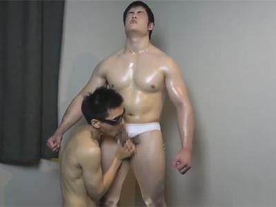 【ゲイ動画】ガチムチなエロい体の男がゴーグルマンにアナルセックスで激しく犯されることになる!
