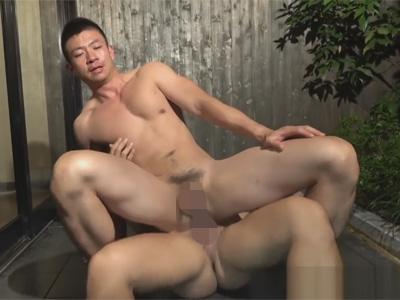【ゲイ動画】車に乗せたマッチョヒッチハイカーを温泉に誘い個室のお風呂で気持ち良いアナルセックスをすることに!