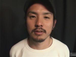 【薄モザゲイ動画】ヒゲだらけの顔の素人の男がゴーグルマンにアナルセックスで犯されることになる!