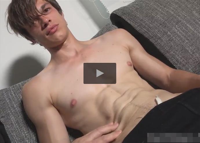 【無修正ゲイ動画】白人のイケメンが座った状態でオイルで体を塗られながら手コキで犯されることになる!