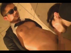 【ゲイ動画ビデオ】ボディーガードのような黒のスーツで決めている2人の男がアナルセックスを楽しむことになる!
