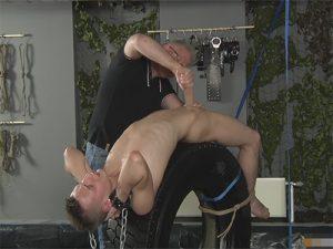 【無修正ゲイ動画】大きなタイヤの上で拘束されながら陵辱をされ続ける男が見られる!