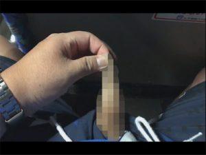 【ツイッターゲイ動画】バスでチンポを露出!皮被りの包茎チンポを皮を引っ張ってチンポをぷるるんとさせる撮影者!