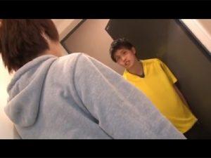 【ゲイ動画ビデオ】細身の男が複数のペニスで犯されて絶頂をすることになってしまう!