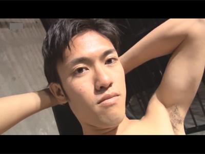 【ゲイ動画】スリムなイケメンが男に囲まれながら乱交でアナルセックスで犯されることになる!