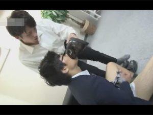 【ゲイ動画ビデオ】メガネをかけた真面目な雰囲気の匂いフェチの後輩がオフィスで先輩にアナルセックスで犯される!