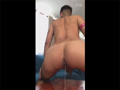 【ツイッターゲイ動画】使い込まれた縦割れアナルから種付けされた大量の精子を排泄する様子を自撮りする外人!