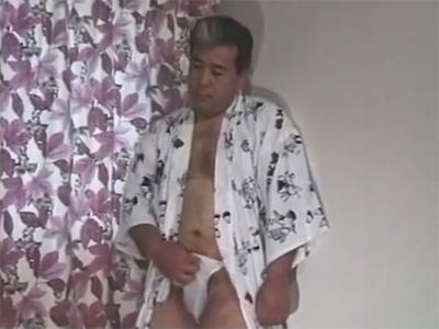 【無修正ゲイ動画】ぽっちゃりとしている中年のダンディオヤジが浴衣姿でオナニーを楽しむことになる!