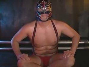 【ゲイ動画ビデオ】ガチムチな体の男が覆面レスラーのコスをした状態でリングの上でアナルセックスで犯される!